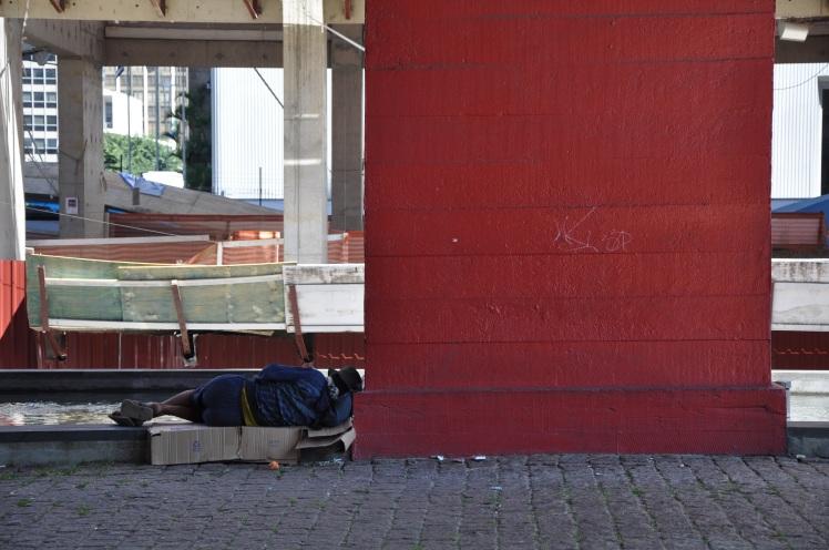 Morador de rua na marquise do MASP
